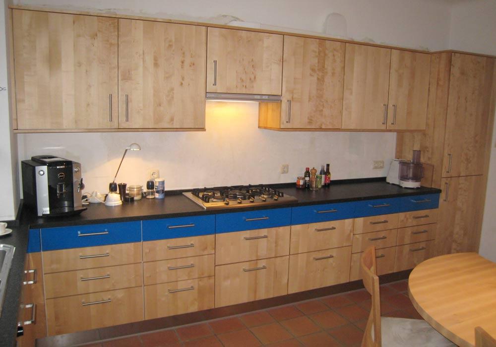 Küche mit blauer Schubladenfront