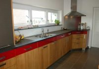 Küche mit roter Schubladenfront